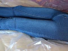 Pissen und Orgasmus in engen jeans