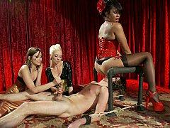 Homme nu et filles habillées, Domination, Femelle, Femme dominatrice, Groupe, Branlette thaïlandaise, Maîtresse, Jarretelles